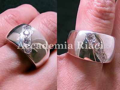 RING WITH DIAGONAL STONE SETTING