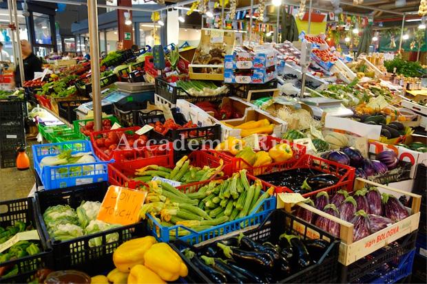 食品市場の色とりどりの野菜コーナー