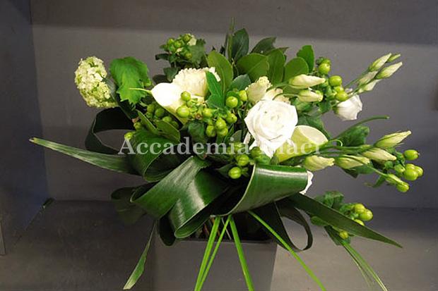 白い花と緑の葉を組み合わせたアレンジメント