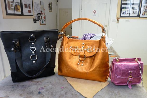 黒いトートバッグ、オレンジのファッションバッグ、チェーンが付いたピンクのポシェット