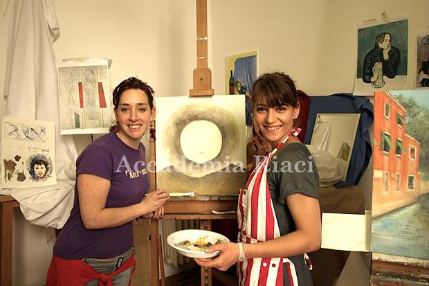 絵画レッスン中の外国人女性生徒と講師